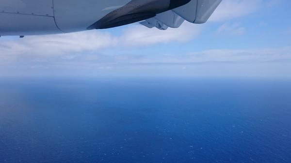 機内から眺める喜界島や奄美大島の景観