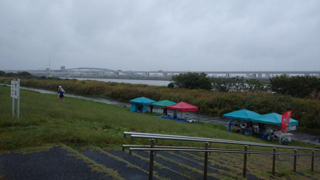 スポーツメイトラン江戸川区東大島荒川河川敷マラソン~雨のハーフマラソン(東京都、2020年10月)
